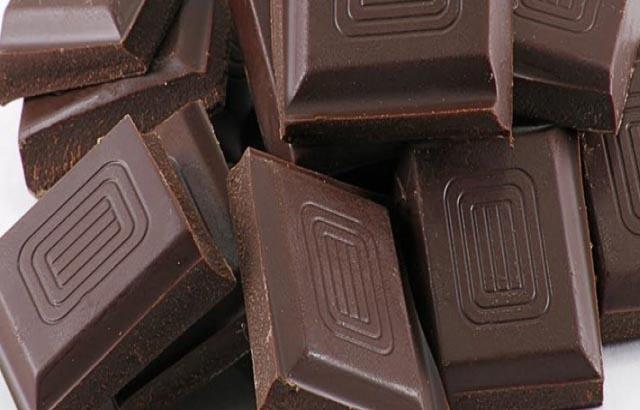 Khi bị yếu sinh lý nam giới nên ăn socola đen
