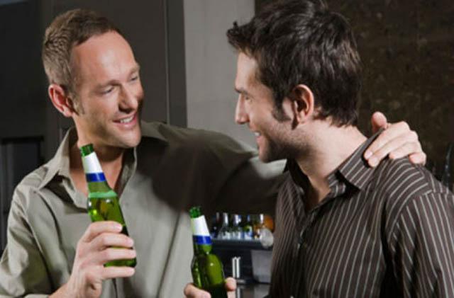 Uống rượu bia thường xuyên có thể dẫn đến yếu sinh lý ở nam giới
