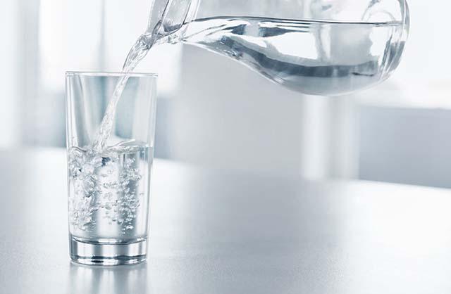 Người bệnh thận yếu nên uống nước đầy đủ mỗi ngày