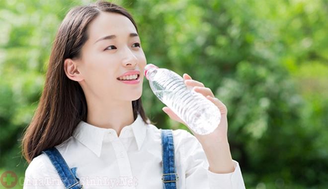 Uống đủ nước mỗi ngày giúp ngăn ngừa bệnh thận yếu