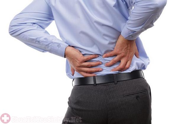 Nam giới bị đau nhức lưng do mắc bệnh thận yếu