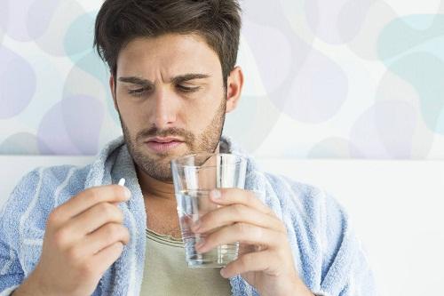 Nam giới sử dụng thuốc để điều trị bệnh yếu sinh lý