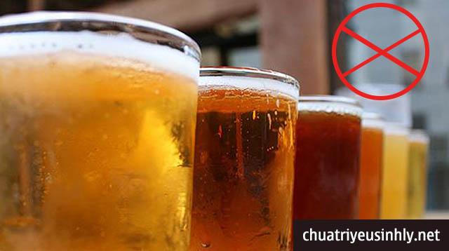 Người bị thận yếu đi tiểu nhiều lần không nên uống rượu bia, nước ngọt