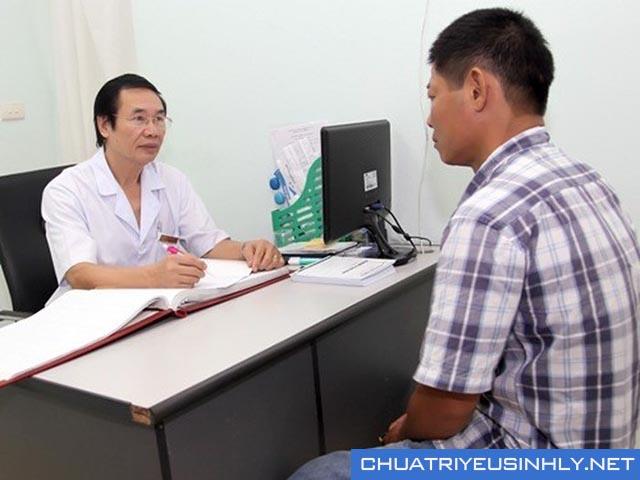 Bác sĩ khám chẩn đoán và kê thuốc điều trị rối loạn cương dương