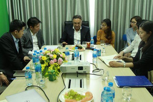 Ban lãnh đạo Công ty và Tiến sĩ Tiến sĩ Alok Bharadwaj Creovate trong buổi tham quan, tư vấn cho Công ty