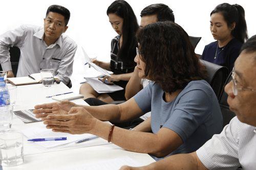 Bác sĩ Nguyễn Thị Tuyết Lan trình bày sự khác biệt trong việc ứng dụng các bài thuốc dân tộc trong YHCT ở Việt Nam