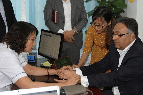 Bác sĩ Tuyết Lan đang khám cho Tiến sĩ Alok Bharadwaj Creovate theo phương pháp YHCT