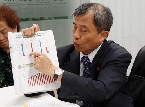 Ông Vi Văn Siêu đang nói về kết quả khám bệnh trong YHCT tại Đài Loan
