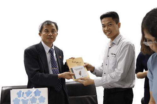 Ông Nguyễn Quang Hưng nhận cuốn Dược điển YHCT Đài Loan từ Vụ trưởng Vụ Đông y dược Đài LoanVi Văn Siêu