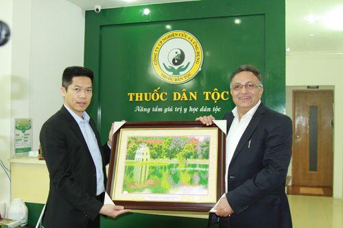 Ông Nguyễn Quang Hưng, Chủ tịch hội đồng quản trị – Tổng giám đốc công ty CP Nghiên cứu và ứng dụng Thuốc dân tộc tặng quà lưu niệm cho Tiến sĩ Alok Bharadwaj Creovate