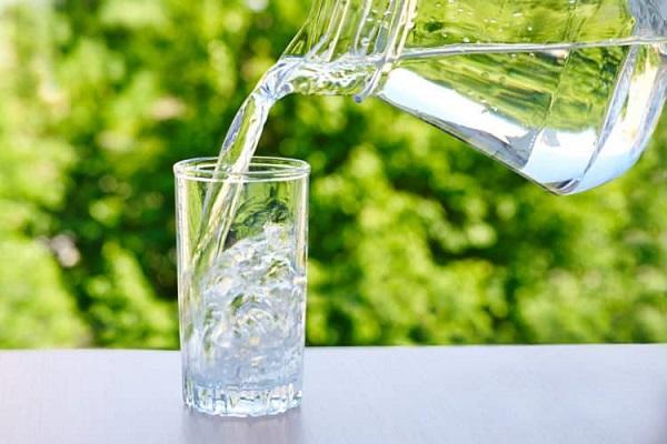 Người bị thận yếu cần uống vừa đủ nước mỗi ngày