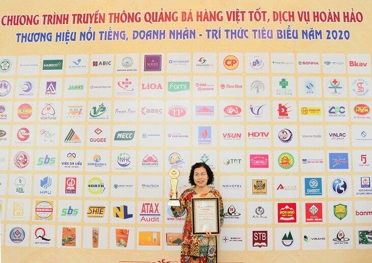 Bác sĩ Nguyễn Thị Vân Anh đại diện đơn vị Nhất Nam Y Viện nhận bảng vàng cùng kỷ niệm chương