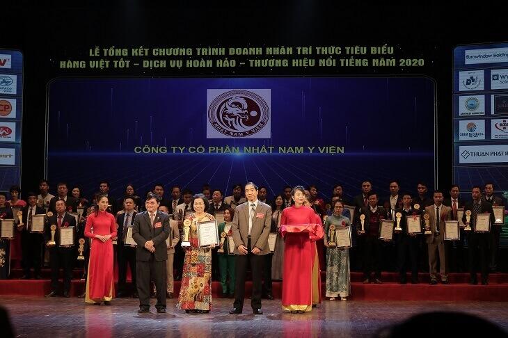 Đại diện ban tổ chức trao tặng bảng vàng và giấy chứng nhận Thương hiệu Việt Nam uy tín chất lượng cho đơn vị Nhất Nam Y Viện